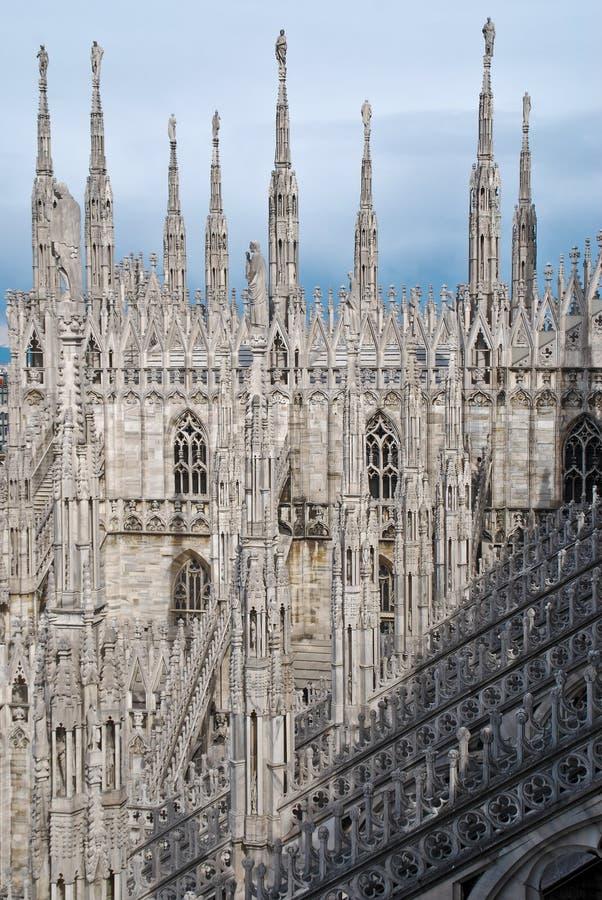 верхняя часть крыши милана собора стоковые изображения rf