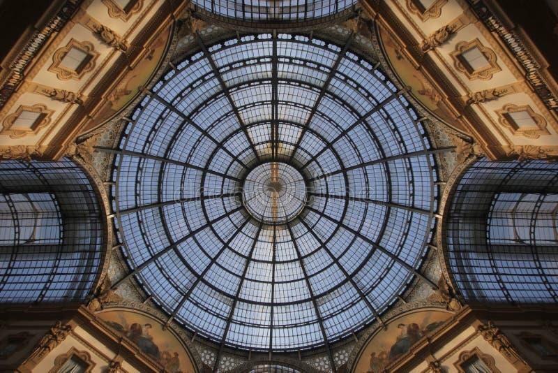 Верхняя часть крыши света солнца симметрии над дивным дизайном внутреннего художественного оформления Galleria Vittorio Emanuele  стоковые изображения