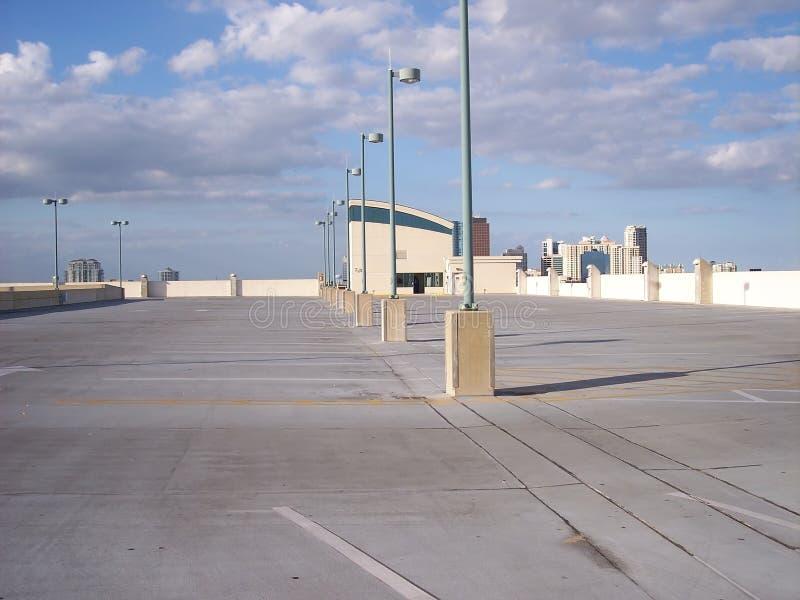верхняя часть крыши стоянкы автомобилей серии empty1 стоковая фотография rf