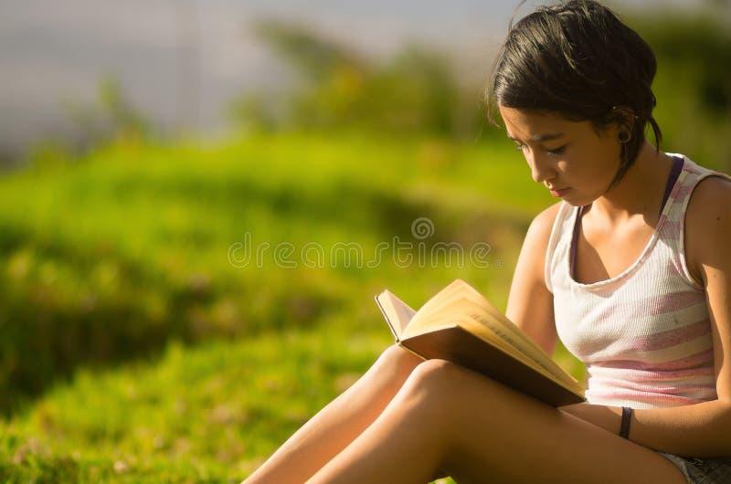 Верхняя часть довольно подростковой испанской девушки нося белая и стоковая фотография