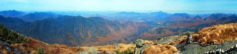 верхняя часть панорамы горы стоковые изображения rf