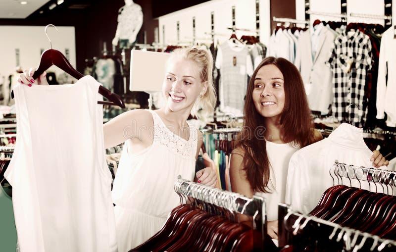 Верхняя часть 2 положительных девушек ходя по магазинам совместно стоковая фотография rf