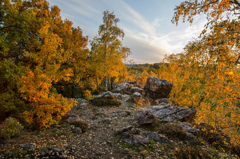 Верхняя часть скалистого холма на заходе солнца, чехии стоковая фотография