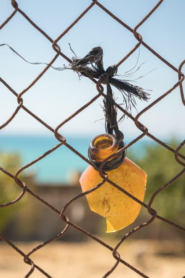 Верхняя часть сломленной смертной казни через повешение бутылки от загородки стоковые фото