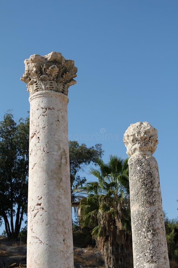 верхняя часть стародедовских колонок римская стоковая фотография