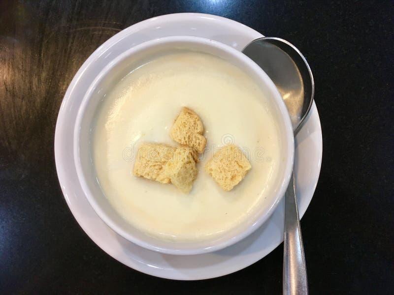 Верхняя часть супа сливк гриба с хрустящим хлебом стоковые изображения