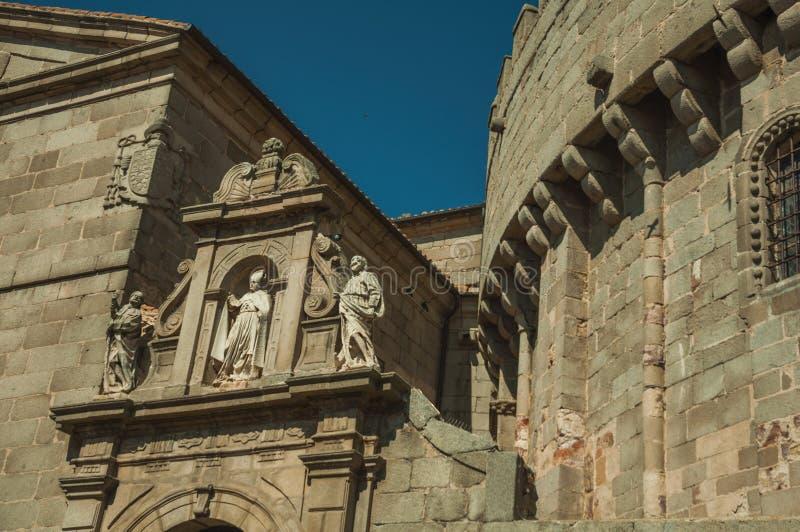 Верхняя часть украшенного ворот в клерикальном здании на Авила стоковые изображения rf