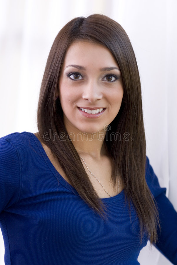 верхняя часть усмешки голубой девушки милая стоковые изображения