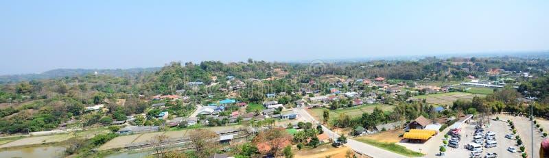 Верхняя часть формы городского пейзажа точки зрения Chedi в Pla Kung Wat Huay на Chiang Rai стоковое фото rf