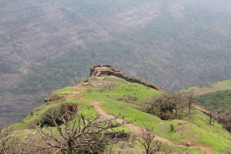 Верхняя часть форта расположенная на верхнюю часть горы стоковые изображения