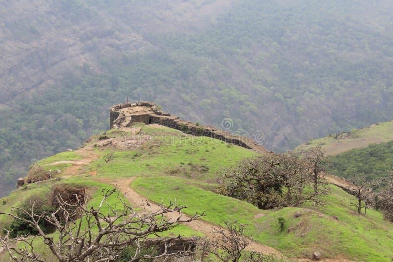 Верхняя часть форта расположенная на верхнюю часть горы стоковые фото
