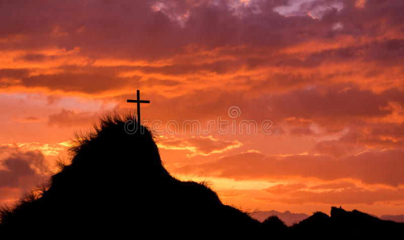 Верхняя часть холма захода солнца перекрестная стоковое фото