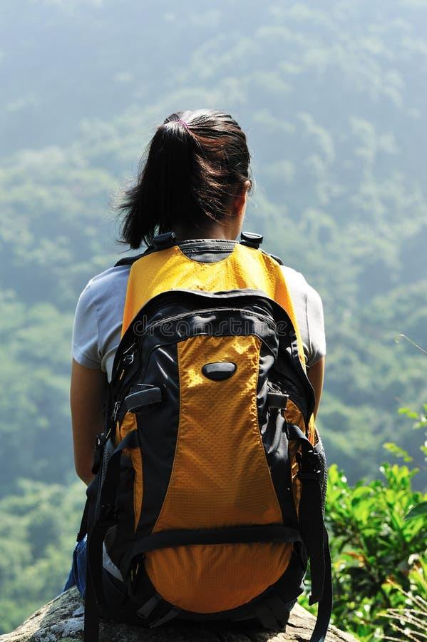 Верхняя часть hiker женщины горы стоковые изображения rf