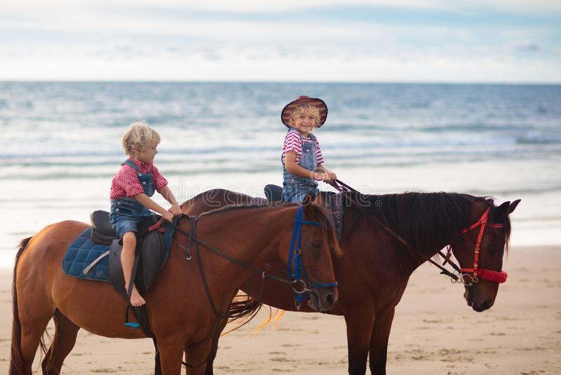 Верховая лошадь детей на пляже Дети едут лошади стоковые фотографии rf