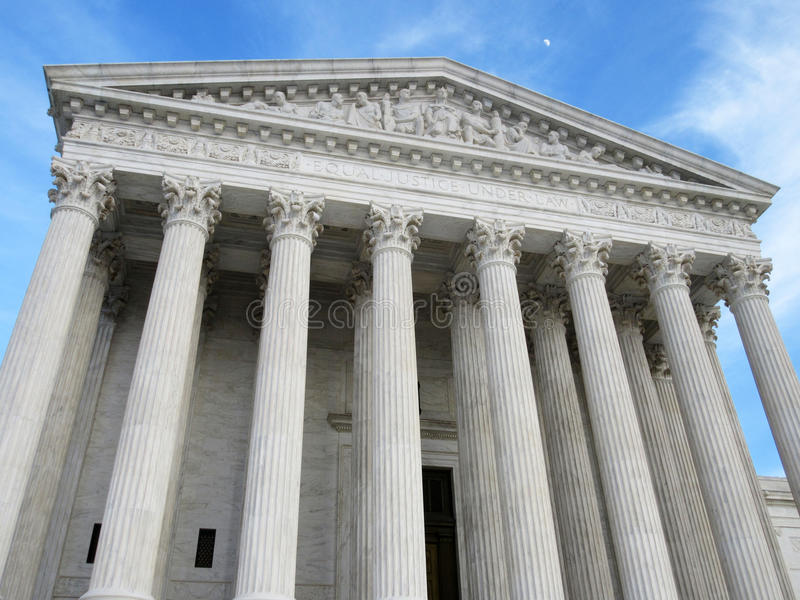 Верховный Суд и полумесяц на заходе солнца стоковые изображения