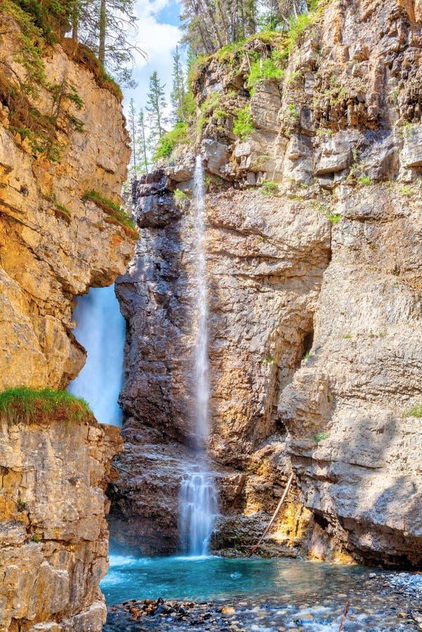 Верхушка падает на каньон Johnston в национальном парке Banff стоковое фото