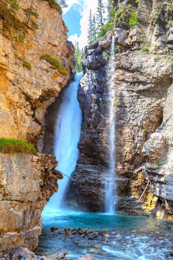 Верхушка падает на каньон Johnston в национальном парке Banff стоковые изображения rf