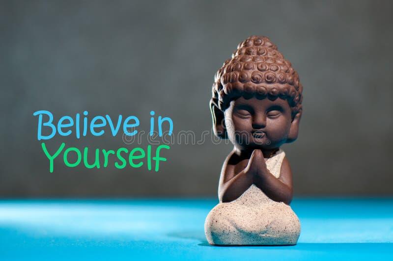Верьте в себе уверенно ободрите концепцию мотивировки с размышляя или моля младенцем Буддой стоковое фото