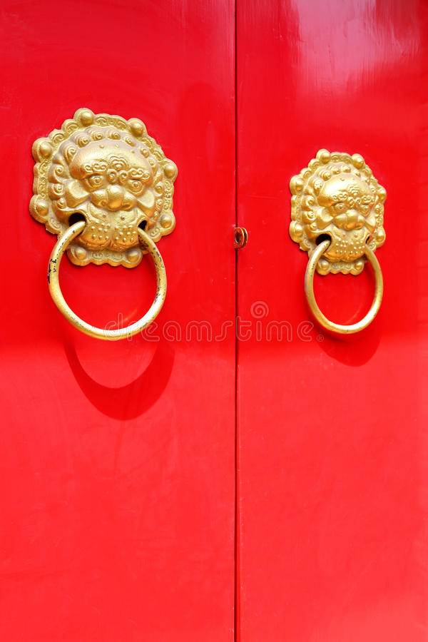 дверь красного цвета knocker стоковое фото rf