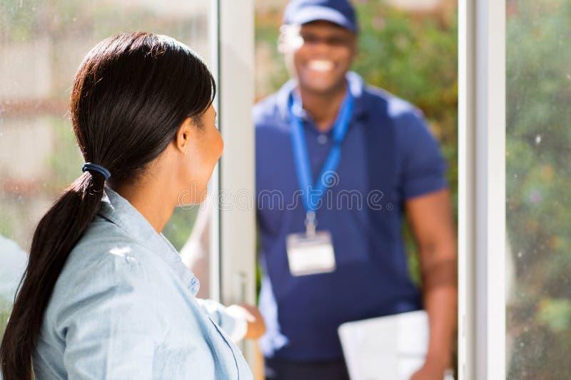дверь отверстия женщины стоковые фотографии rf