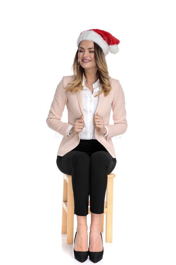 Веселая коммерсантка со шляпой santa держит розовый воротник костюма стоковые изображения rf
