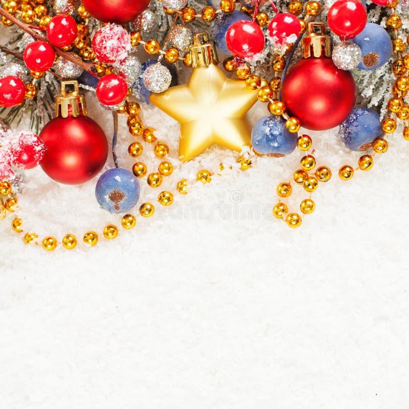Веселая рождественская открытка с зеленой хворостиной дерева Xmas, богато украшенным оформлением звезды золота, зеленой ветвью ел стоковое фото rf