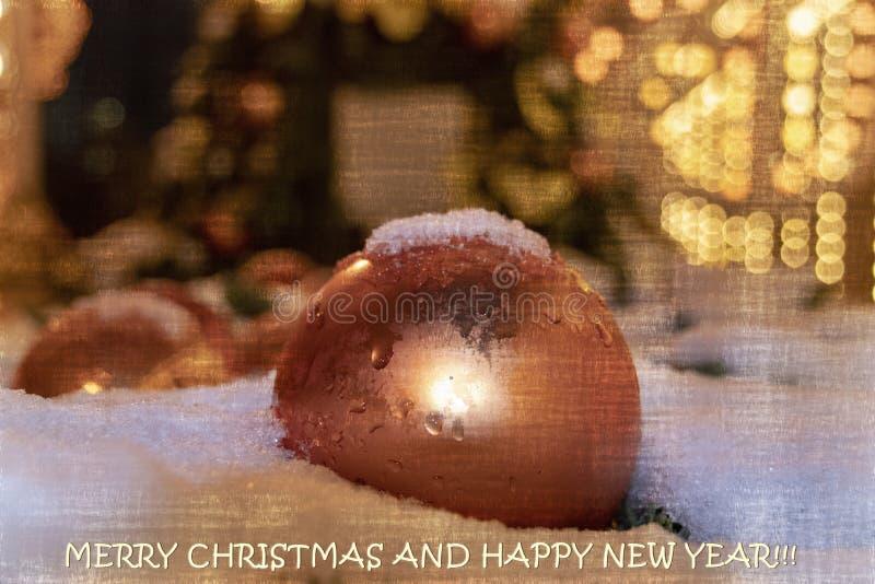 Веселое рождество и счастливая открытка Нового Года шарика рождества золота против предпосылки bokeh стоковое фото rf