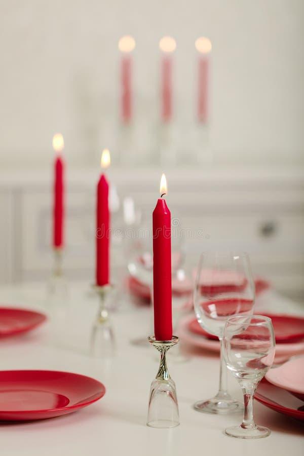 Веселое рождество и С Новым Годом!! Блюда сервировки стола - красные и розовые, праздник связанное оформление - Санта Клаус связа стоковое изображение rf