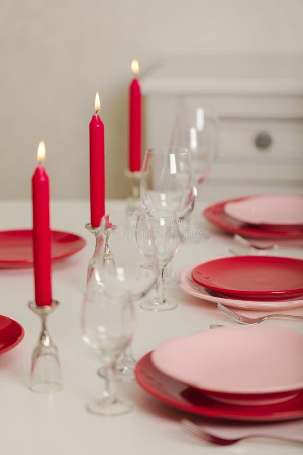 Веселое рождество и С Новым Годом!! Блюда сервировки стола - красные и розовые, праздник связанное оформление - Санта Клаус связа стоковое изображение