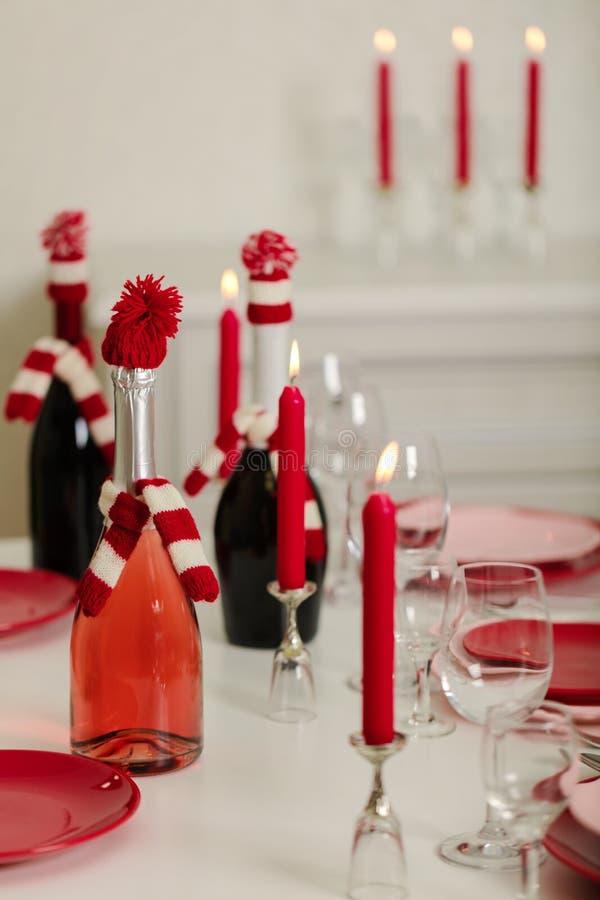 Веселое рождество и С Новым Годом!! Блюда сервировки стола - красные и розовые, праздник связанное оформление - Санта Клаус связа стоковые фото