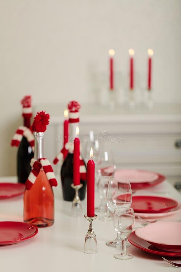 Веселое рождество и С Новым Годом!! Блюда сервировки стола - красные и розовые, праздник связанное оформление - Санта Клаус связа стоковые изображения