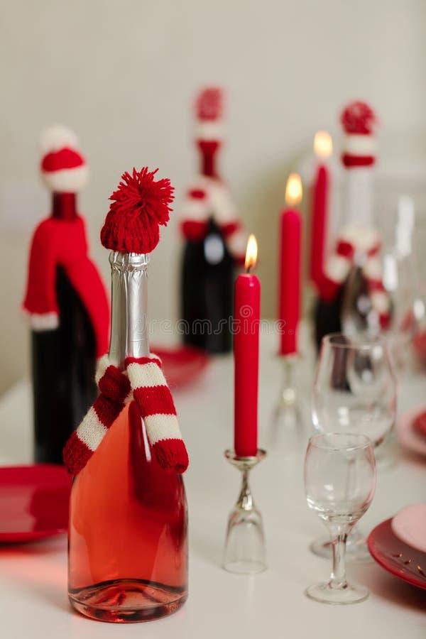 Веселое рождество и С Новым Годом!! Блюда сервировки стола - красные и розовые, праздник связанное оформление - Санта Клаус связа стоковые изображения rf