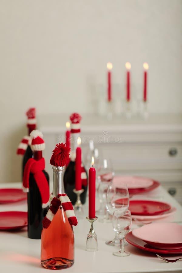 Веселое рождество и С Новым Годом!! Блюда сервировки стола - красные и розовые, праздник связанное оформление - Санта Клаус связа стоковое фото rf