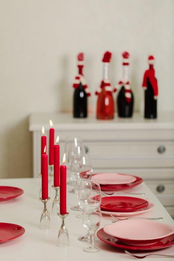 Веселое рождество и С Новым Годом!! Блюда сервировки стола - красные и розовые, праздник связанное оформление - Санта Клаус связа стоковое фото