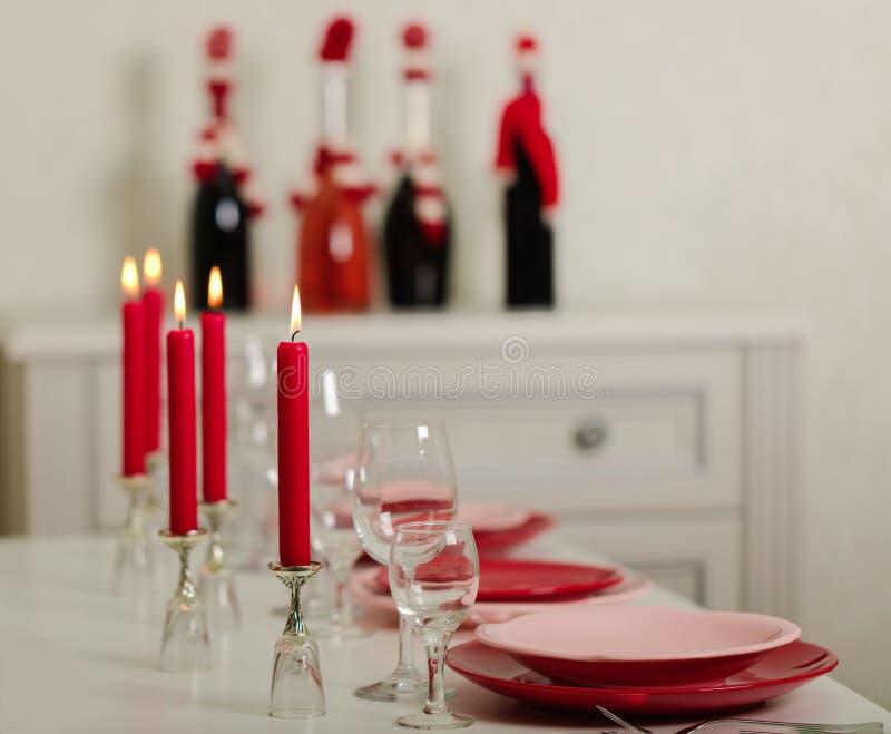 Веселое рождество и С Новым Годом!! Блюда сервировки стола - красные и розовые, праздник связанное оформление - Санта Клаус связа стоковые фотографии rf