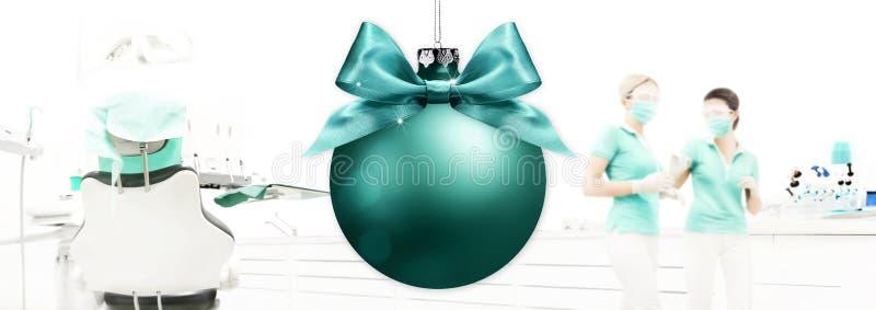 Веселое рождество от дантиста, зубоврачебной клиники с backg шарика xmas стоковые изображения