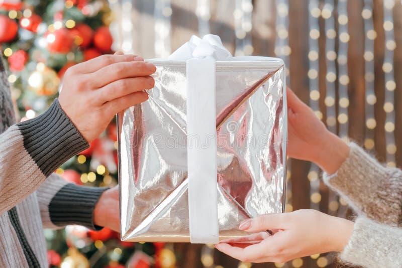 Веселые рождественские подарочные коробки праздничные интерьер стоковое фото rf