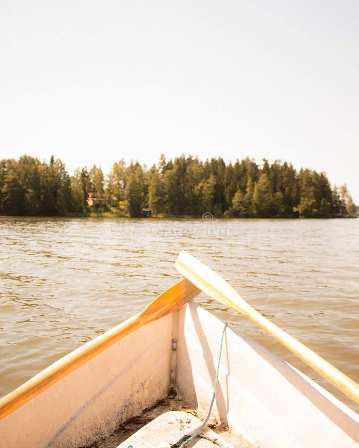 Весельная лодка на озере с веслами стоковые изображения rf