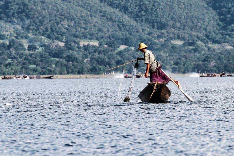 Весельная лодка рыболова ногой на озере Inle, Мьянме стоковое фото rf