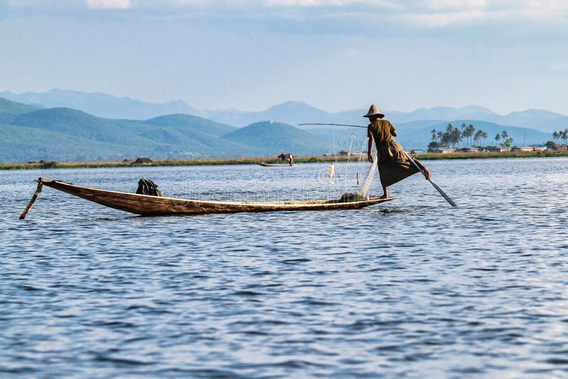 Весельная лодка рыболова ногой на озере Inle, Мьянме стоковые фото