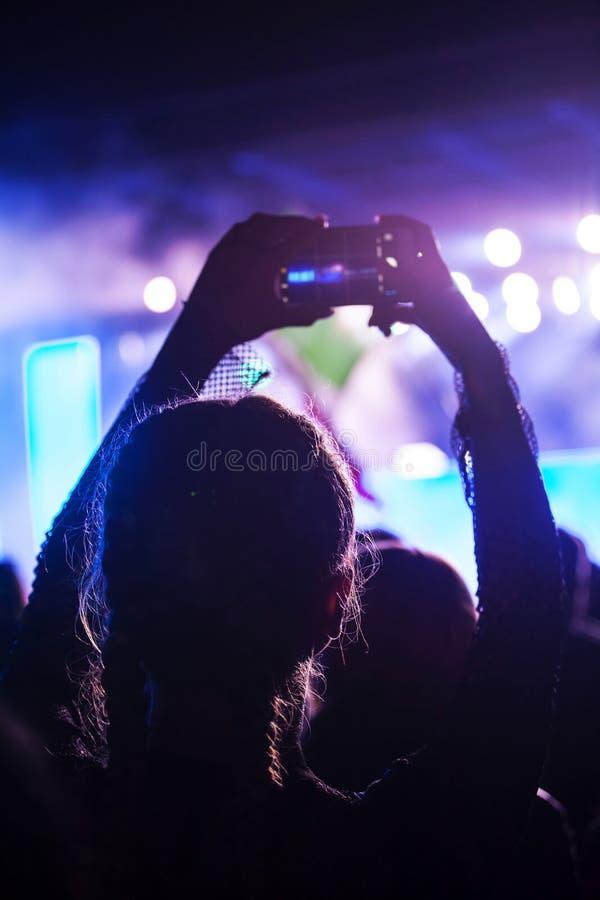 Веселя толпа на концерте стоковое фото