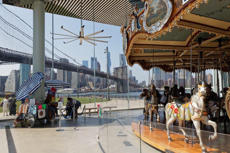 Весел-идти-круглый в парке Бруклинского моста стоковое изображение