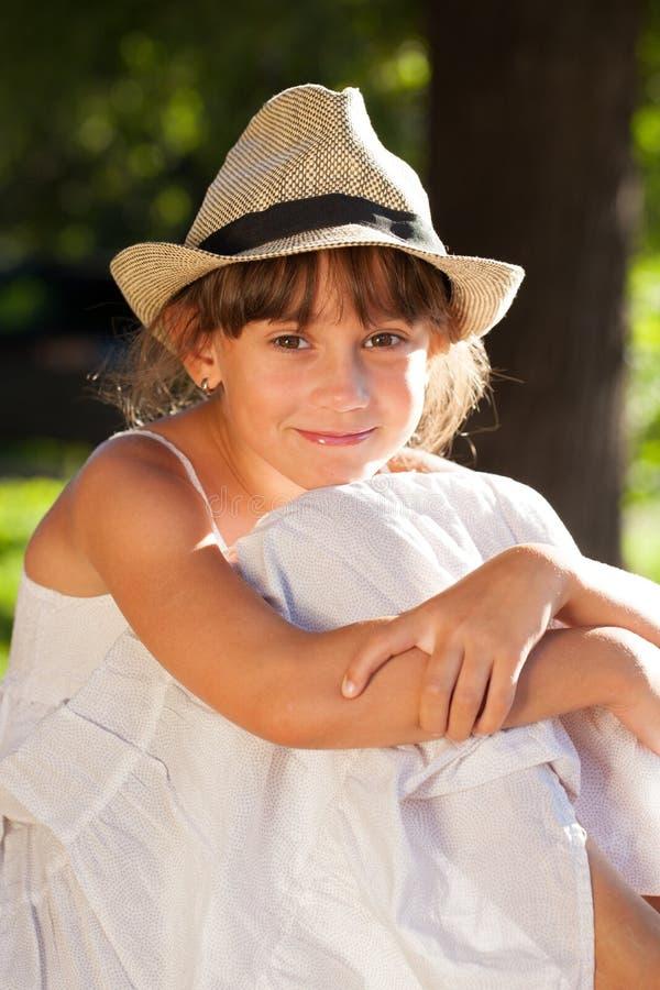 Веселая коричнев-наблюданная девушка в стильной шляпе стоковые изображения