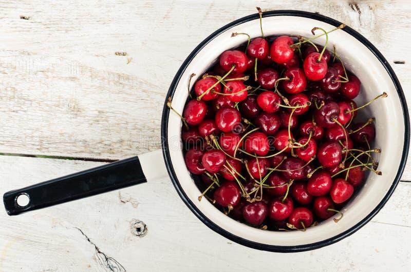 Веселое одичалой вишни сладостное стоковое изображение rf