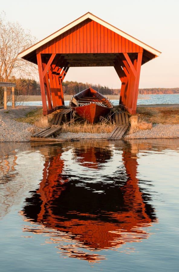 Download Весельная лодка в укрытии стоковое фото. изображение насчитывающей лачуга - 40575642