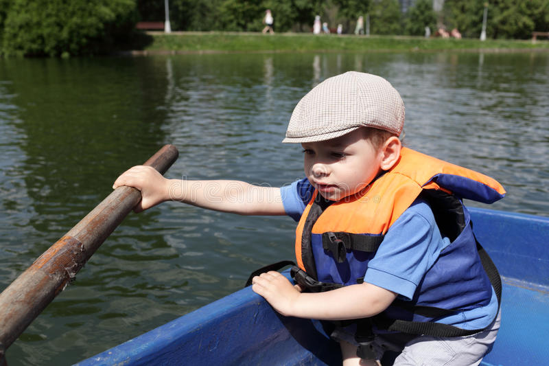 Весельная лодка мальчика стоковое фото rf