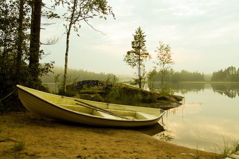 Весельная лодка озером стоковая фотография