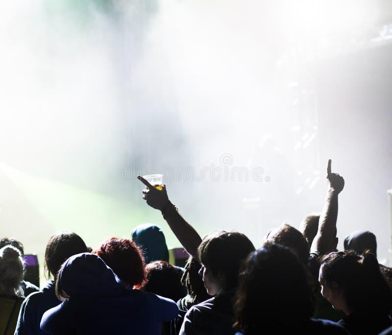 Веселя толпа перед светами этапа стоковые изображения