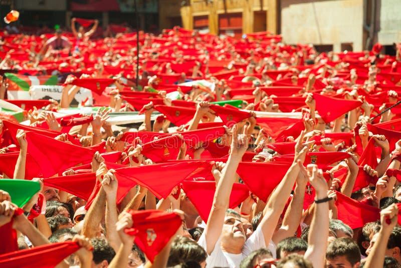 Веселя толпа людей с красной шалью стоковые фотографии rf