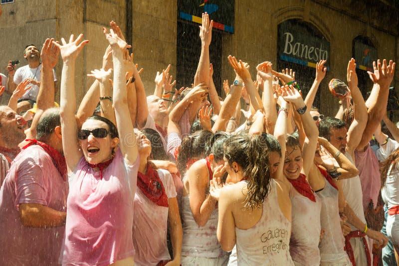 Веселя люди на фестивале Сан Fermin стоковые фото
